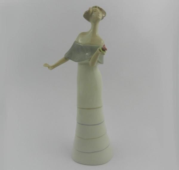 Figurka Torra - kobieta z kwiatem