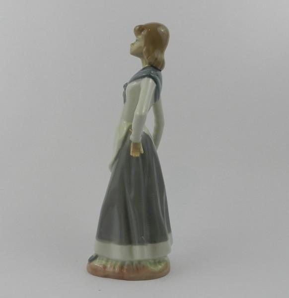 Figurka Casades - dziewczyna z koszem left