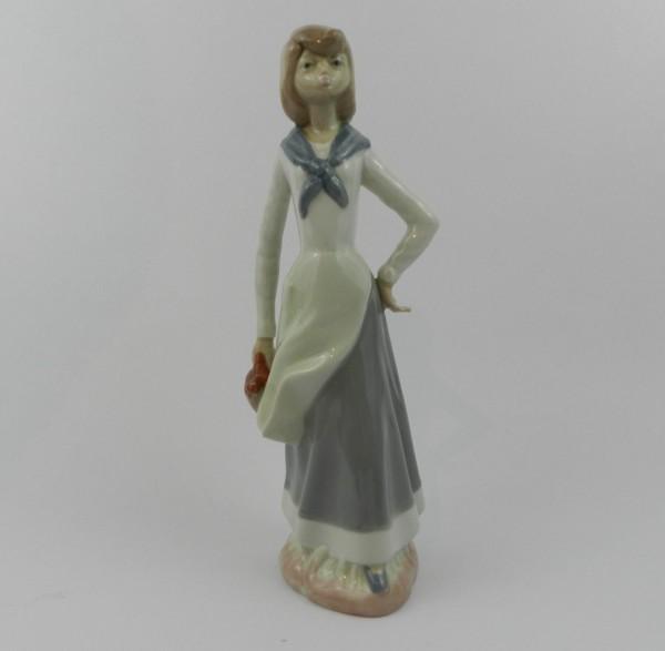 Figurka Casades - dziewczyna z koszem
