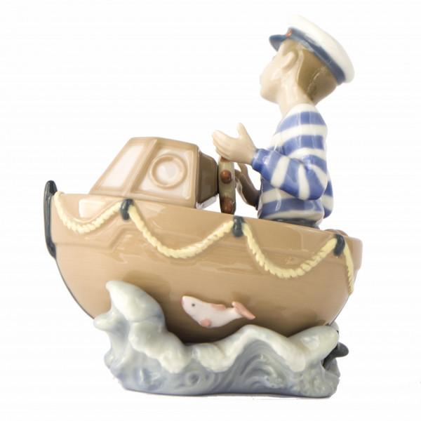 Figurka chłopiec w motorówce Lladro right